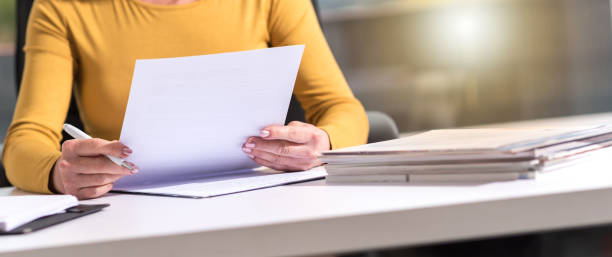предпринимательница проверяет документ - письмо документ стоковые фото и изображения