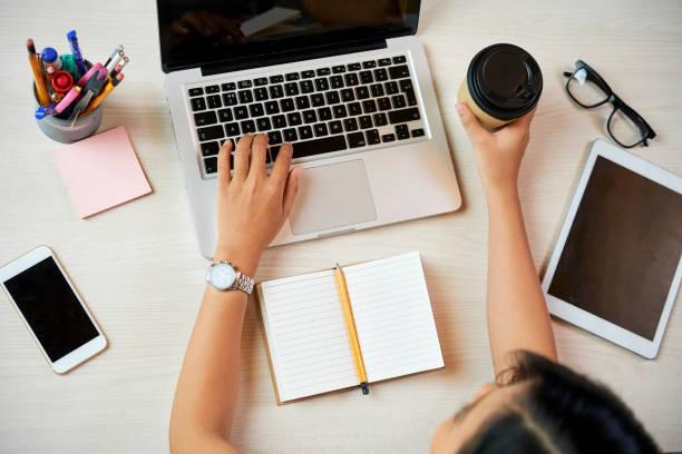 Geschäftsfrau prüft E-Mails – Foto