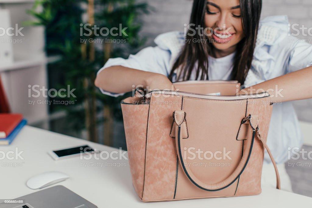 Comprobación de su cartera de empresaria - foto de stock