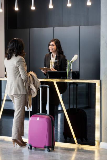 Geschäftsfrau prüft in der Hotelaufnahme – Foto
