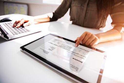 Geschäftsfrau Prüft Rechnung Auf Digitalem Tablet Stockfoto und mehr Bilder von Arbeiten