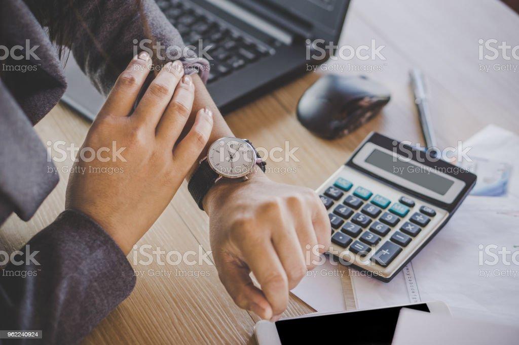 Geschäftsfrau, die Uhrzeit auf der Uhr kontrollieren – Foto