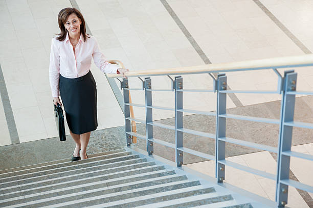 Businesswoman climbing a stairway - foto de stock