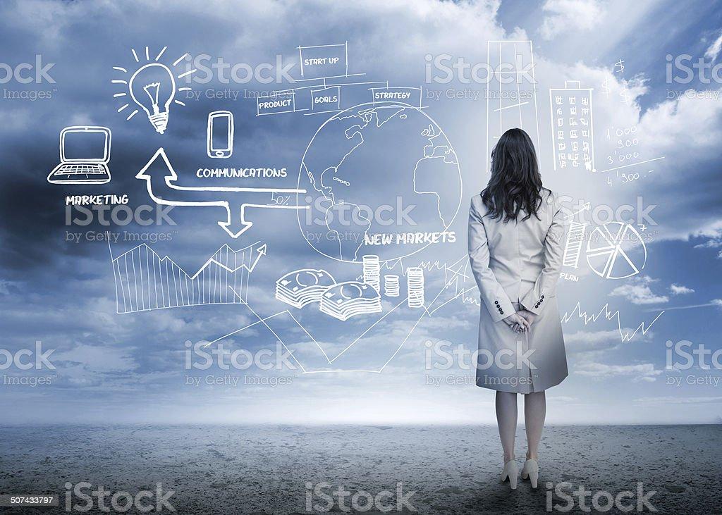 Geschäftsfrau prüfen ein Brainstorming - Lizenzfrei Bedeckter Himmel Stock-Foto
