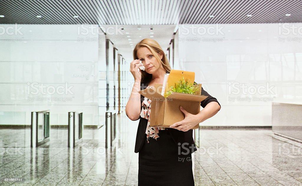 Geschäftsfrau Weinen & holding Karton – Foto