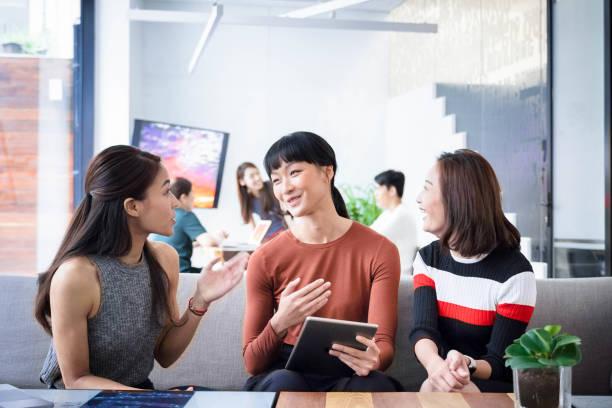 Geschäftsfrau diskutiert mit Kollegen im Amt – Foto