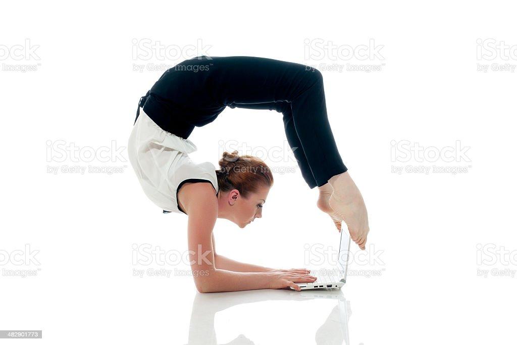 Geschäftsfrau yoga und Tippen auf netbook – Foto