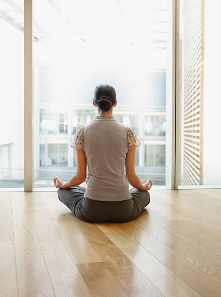 geschäftsfrau, die yoga in modernen büro - yoga fürs büro stock-fotos und bilder