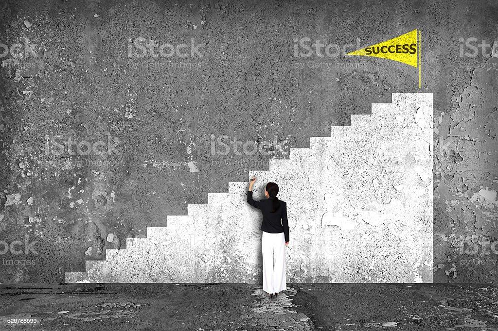 Geschäftsfrau Zeichnung Karriereleiter an der Wand – Foto
