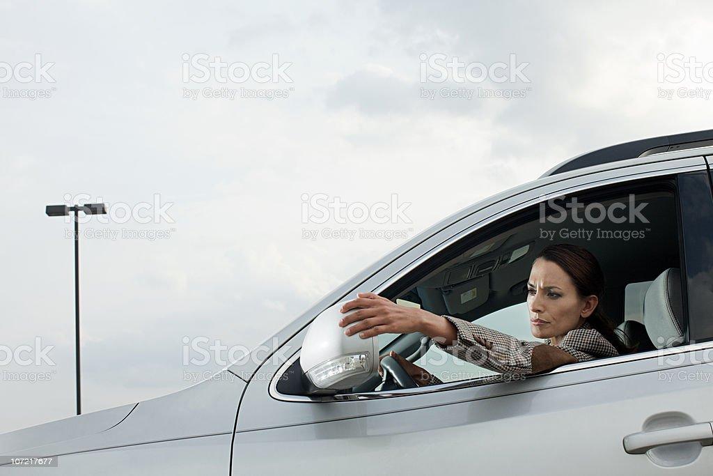 Empresária de carro, ajustando wing espelho - foto de acervo