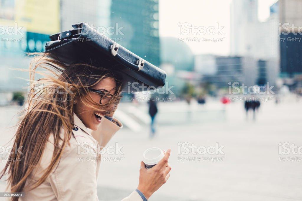 Geschäftsfrau, genießen den Regen – Foto