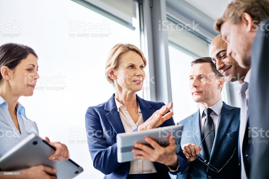 Businesswoman explaining new business ideas to colleagues - Lizenzfrei 30-34 Jahre Stock-Foto