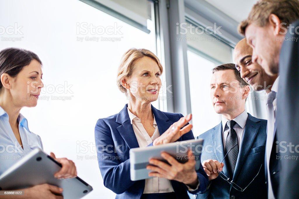 Businesswoman explaining new business ideas to colleagues Lizenzfreies stock-foto