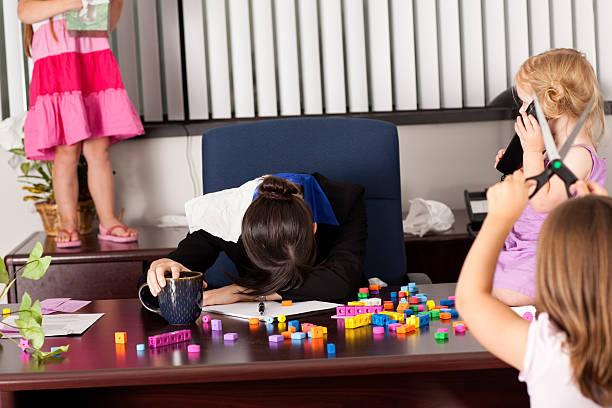 geschäftsfrau nicht bei der arbeit mit kindern im büro - fails zum thema eltern stock-fotos und bilder