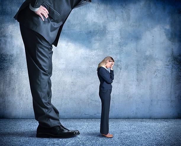 Empresaria tala el estrés de la discriminación de trabajo - foto de stock
