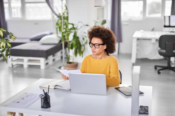 Geschäftsfrau erledigt Papierkram während der Amtssitzung. – Foto