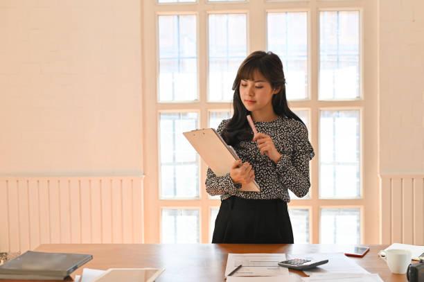 geschäftsfrau gibt bericht und präsentation, sie zeigt tortendiagramme und sprache. - rechtsassistent stock-fotos und bilder