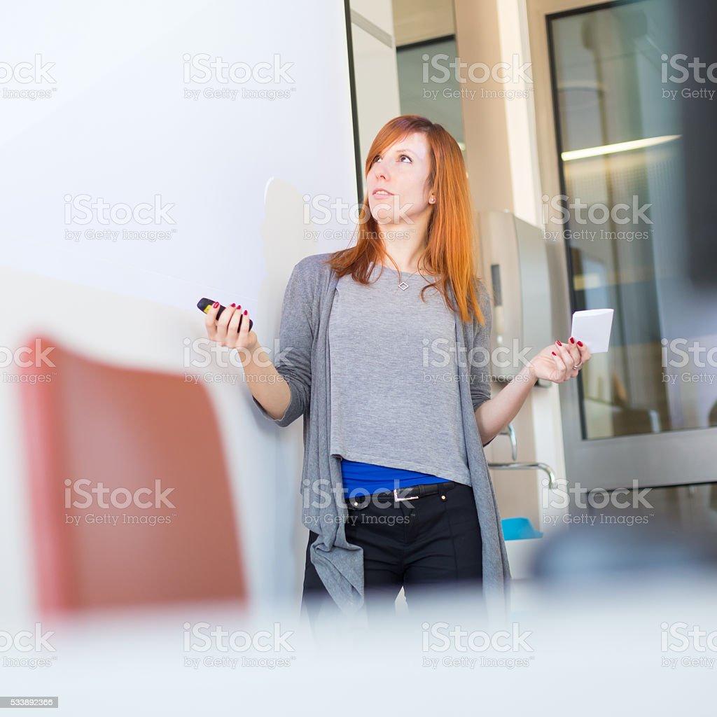 Geschäftsfrau, die ein Gespräch. Lizenzfreies stock-foto