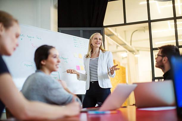 бизнесвумен выступила с докладом о планах на будущее коллегам - понятия и темы стоковые фото и изображения