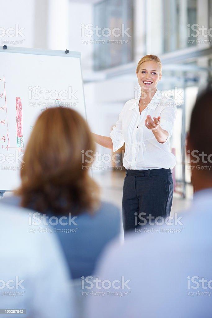 Geschäftsfrau, die Präsentation auf Ihr team Lizenzfreies stock-foto