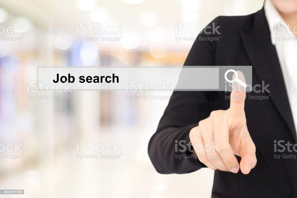 Geschäftsfrau Hand berühren Job-Suche in der Suchleiste über Hintergrund weichzeichnen – Foto