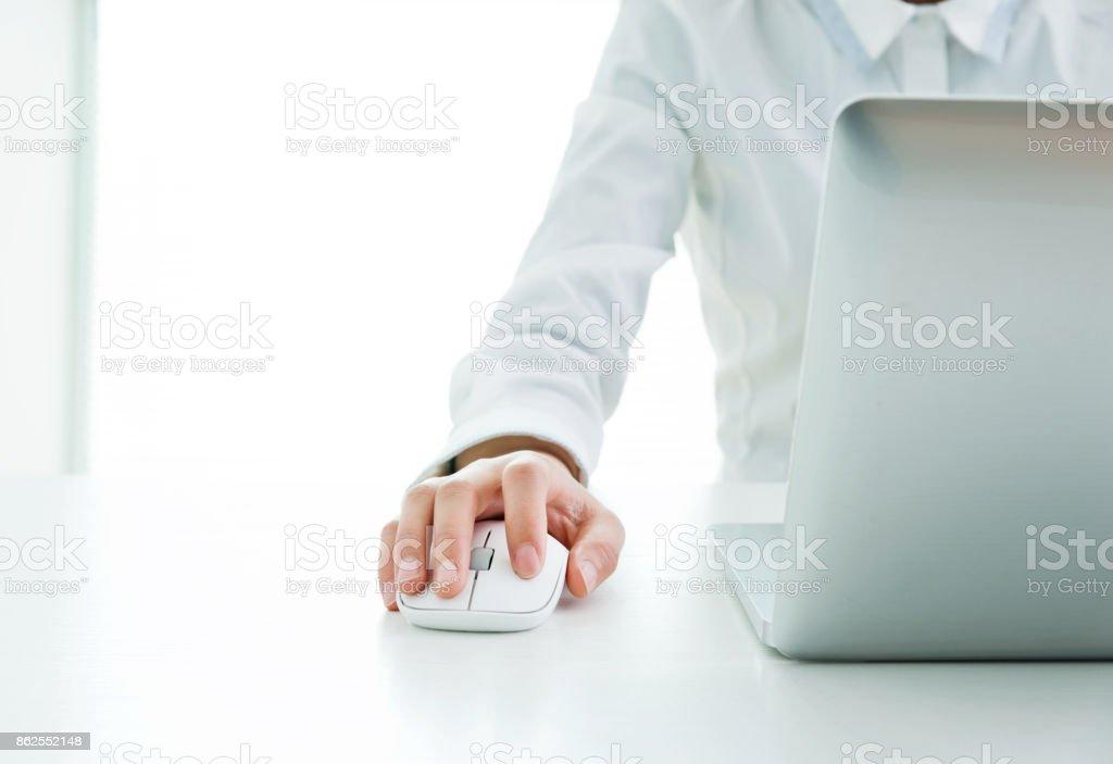 Geschäftsfrau Hände auf Maus und Tastatur – Foto
