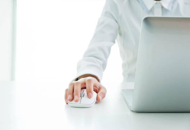 geschäftsfrau hände auf maus und tastatur - damen shirts online stock-fotos und bilder