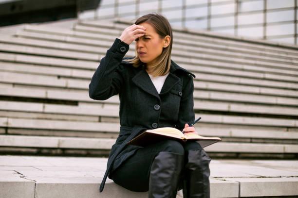 Geschäftsfrau mit Kopfschmerzen – Foto