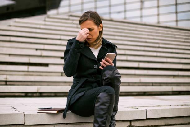 Geschäftsfrau, die Kopfschmerzen beim mit Telefon – Foto
