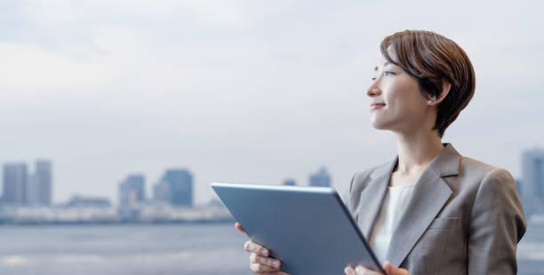 タブレット pc を保持している実業家。 - ビジネスマン 日本人 ストックフォトと画像