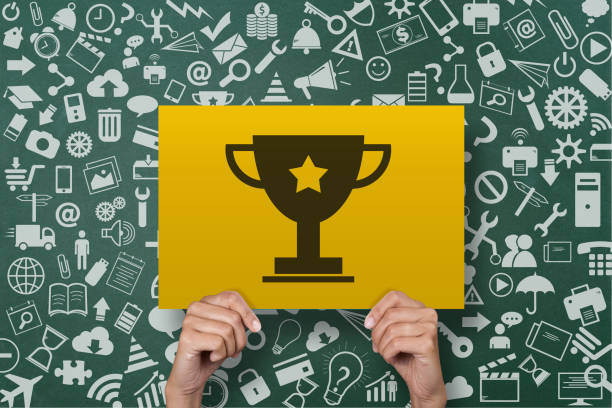 geschäftsfrau hält award trophäe plakat - die besten apps stock-fotos und bilder