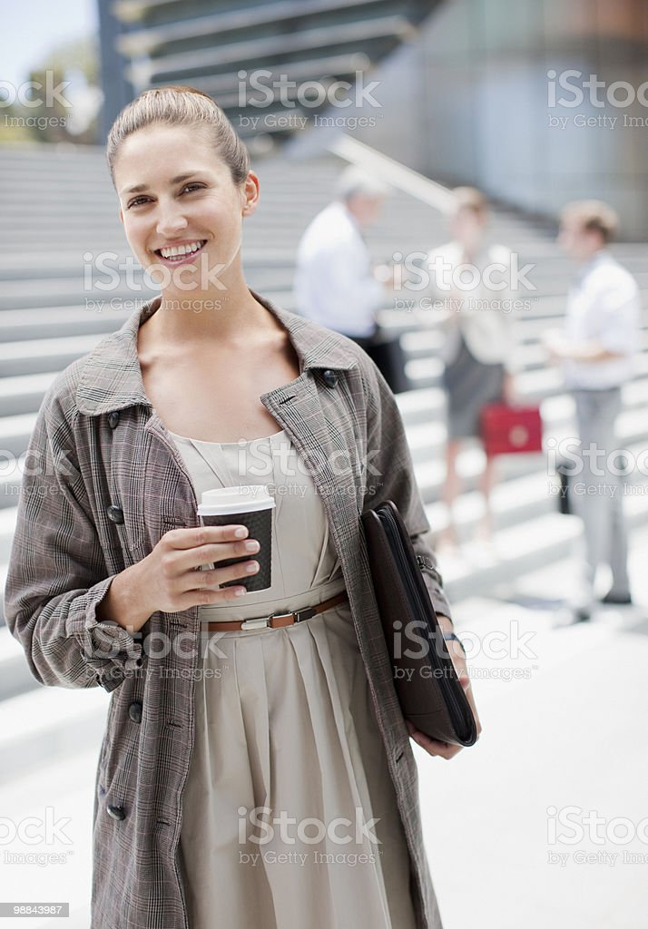 Businesswoman holding coffee outdoors royalty free stockfoto
