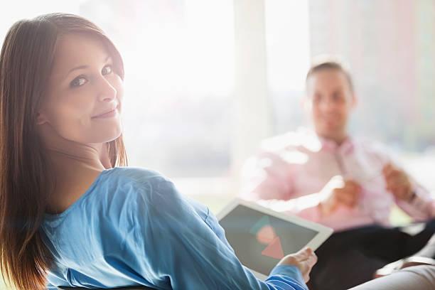 Geschäftsfrau halten Digitaltablett mit männlichen Kollegen im Büro – Foto