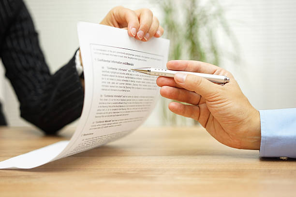 Geschäftsfrau holding Juristisches Dokument und will einen explaination über Artikel – Foto