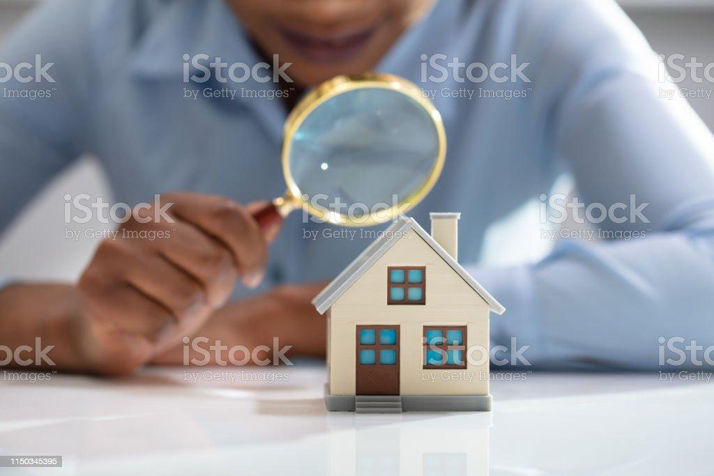 Geschäftsfrau hält Glas-Überhaus-Modell - Lizenzfrei Afrikanischer Abstammung Stock-Foto