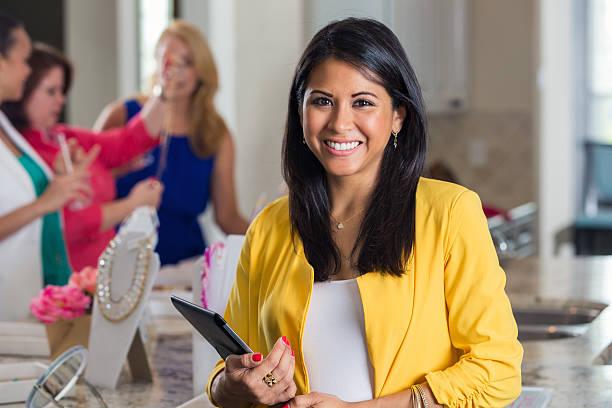 Empresaria de la Organización de ventas directas hogar con joyas de display - foto de stock