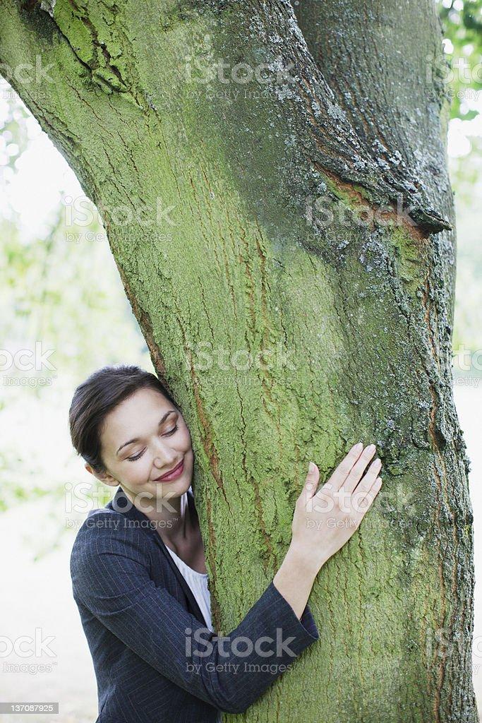 Geschäftsfrau umarmen tree – Foto