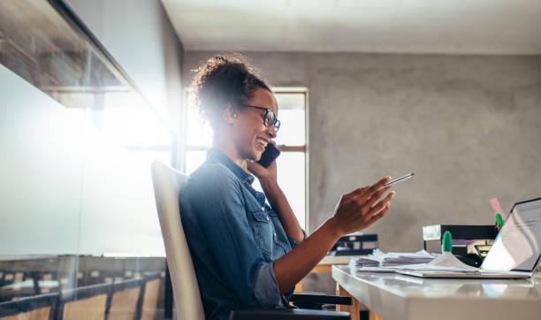 zakenvrouw in gesprek over telefoon - business woman phone stockfoto's en -beelden