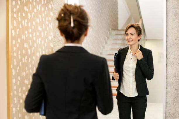 Geschäftsfrau vor dem Spiegel – Foto