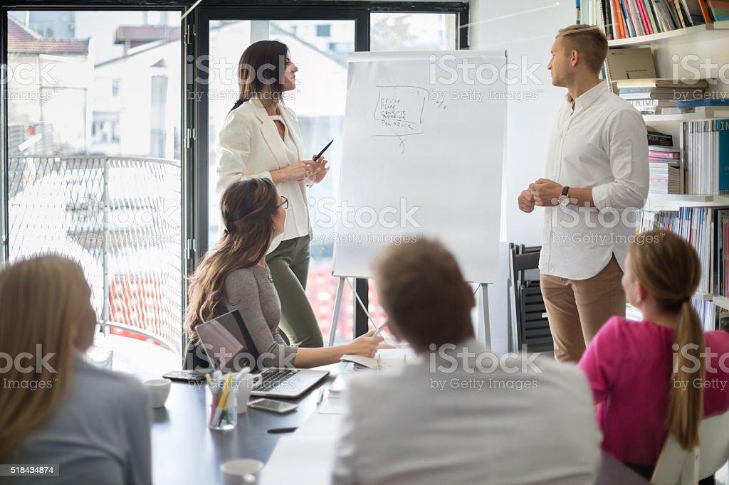 Femme d'affaires en à l'avant de tableau à feuilles - Photo