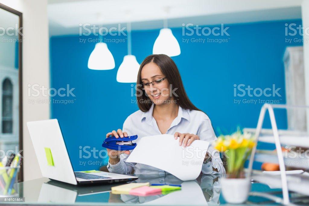 Businesswoman in her office - fotografia de stock