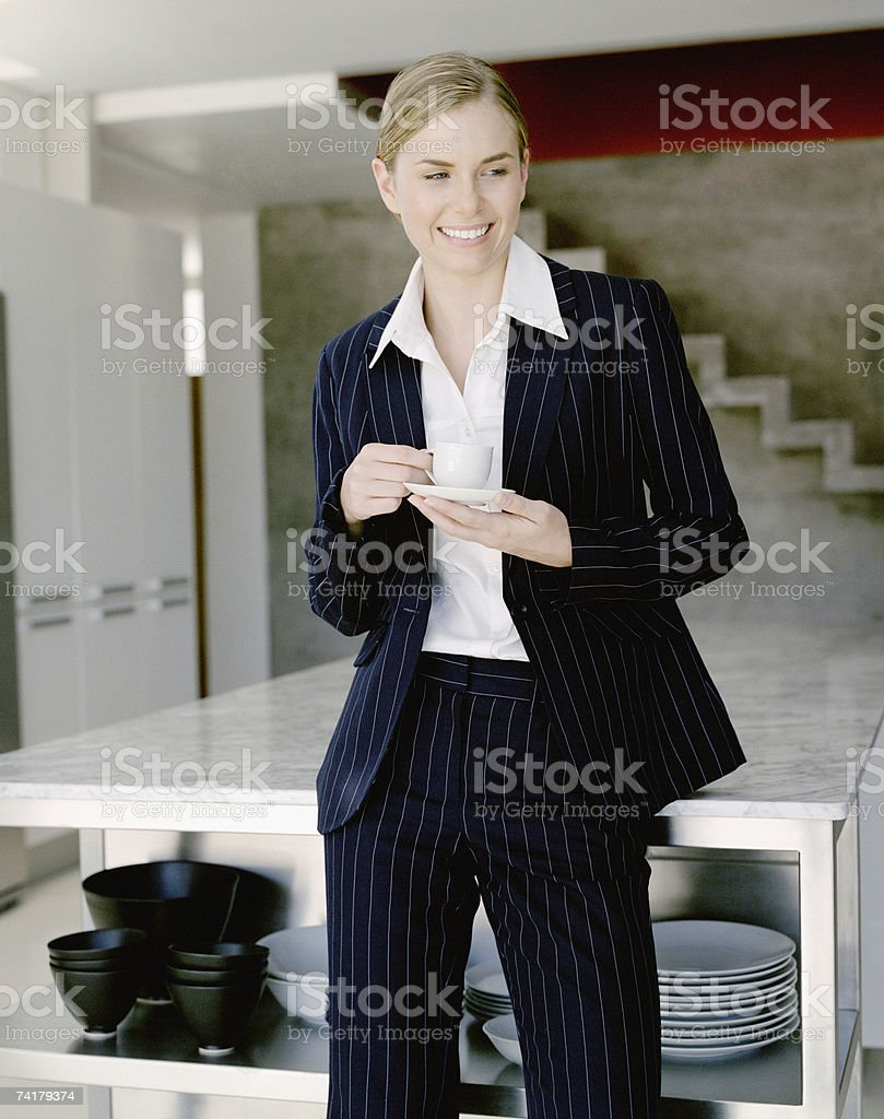 Mulher de negócios na cozinha com caneca de café foto de stock royalty-free