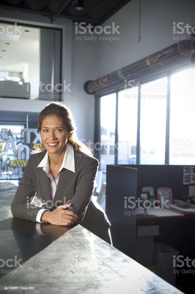 Businesswoman in office, smiling, portrait foto de stock libre de derechos