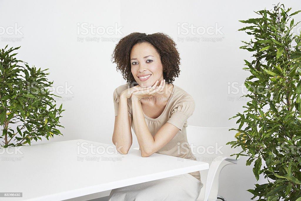 Donna d'affari in ufficio, circondato da piante foto stock royalty-free