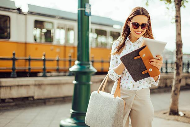市内のビジネスウーマン - 春のファッション ストックフォトと画像
