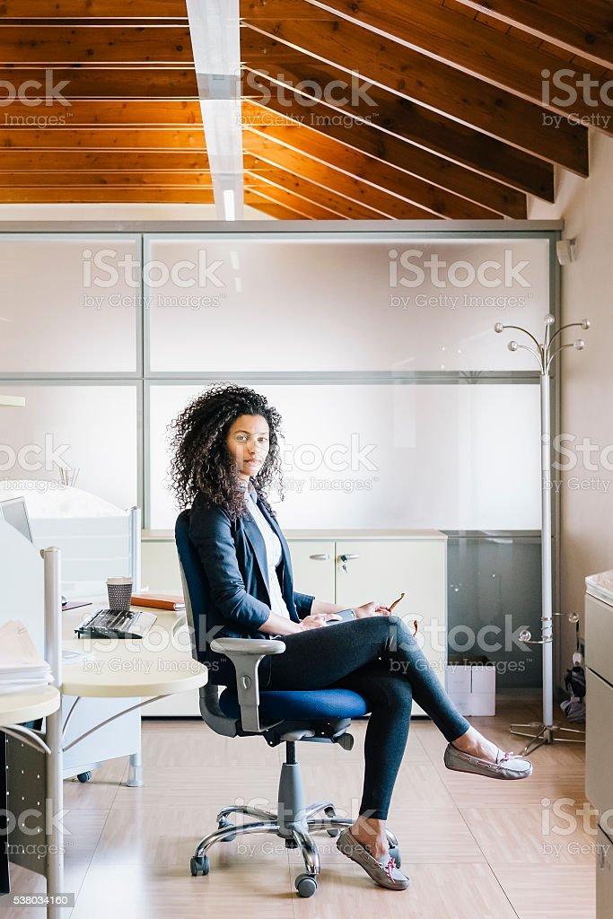 Mulher de negócios no escritório - foto de acervo