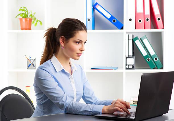 Geschäftsfrau im Büro  – Foto