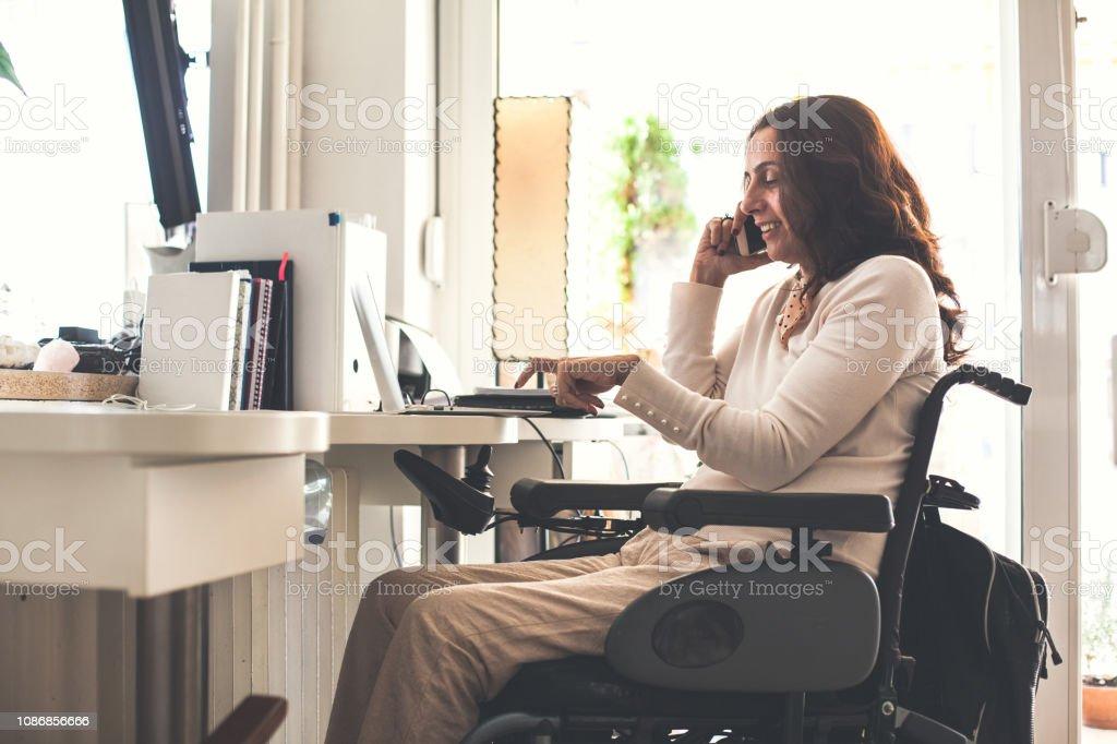 Su Silla Oficina Empresaria Hablando En Ruedas De Celular Por 80mnOyvNw