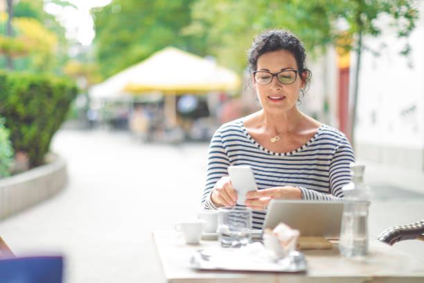 geschäftsfrau ist online-banking in der stadt - brille bestellen stock-fotos und bilder