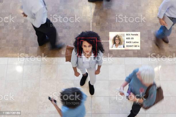 Limprenditrice Viene Identificata Durante La Scansione Del Riconoscimento Facciale - Fotografie stock e altre immagini di Adulto